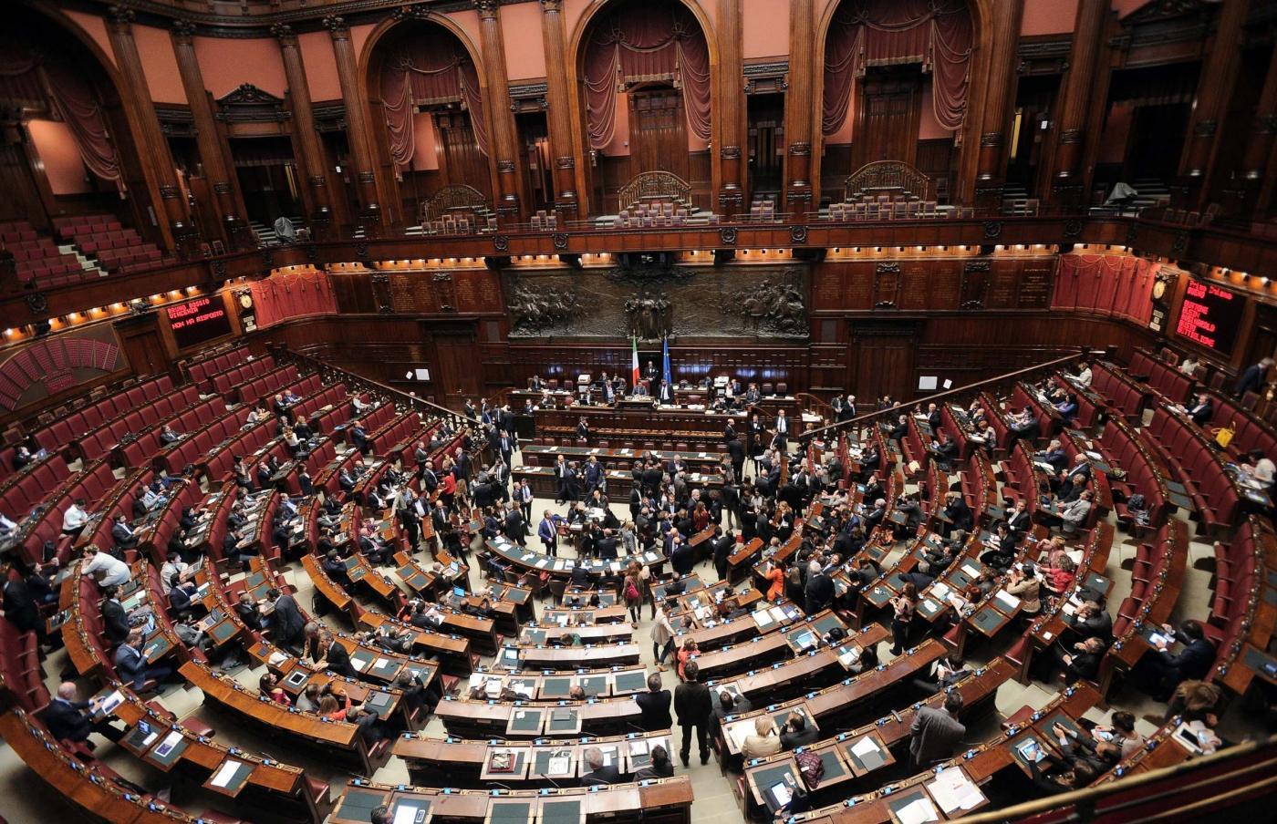 Cancellata l 39 assicurazione dei deputati ironia dei for Donne parlamento italiano