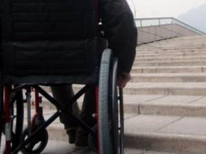 Trascina carrozzina del marito disabile: tre minorenni fingono di aiutarla e la rapinano