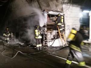 Paura in A24, bus carico di persone va in fiamme: autista ac