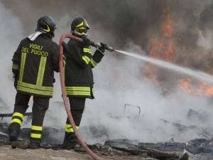 Palermo, vigili del fuoco presi a sassate mentre spegnevano un incendio su un cumulo di rifiuti
