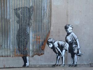Il paradosso di Banksy: a Milano la mostra non ufficiale del