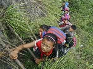 La scuola più pericolosa del mondo: studenti costretti ad una scalata di 800 metri
