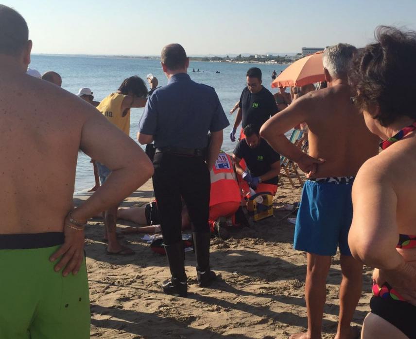 Choc in spiaggia malore mentre si fa il bagno turista for Ibiza a maggio si fa il bagno