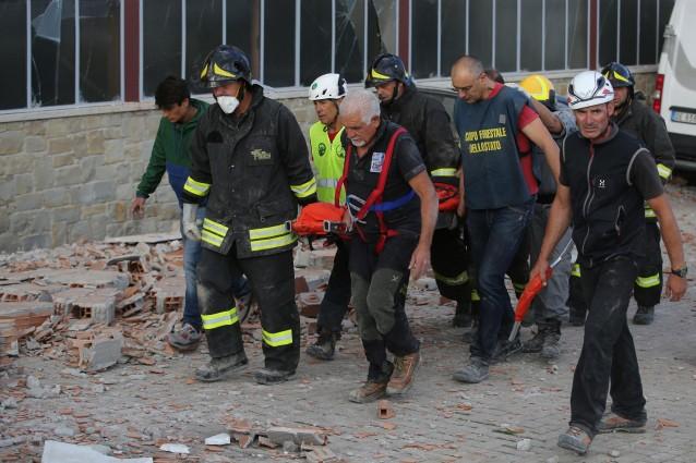 Solo ad Amatrice ci sono 35 morti: cadaveri nel cortile della scuola