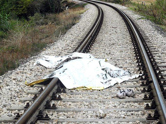 Bologna, accoltella la moglie poi si suicida gettandosi sotto un treno - Fanpage.it
