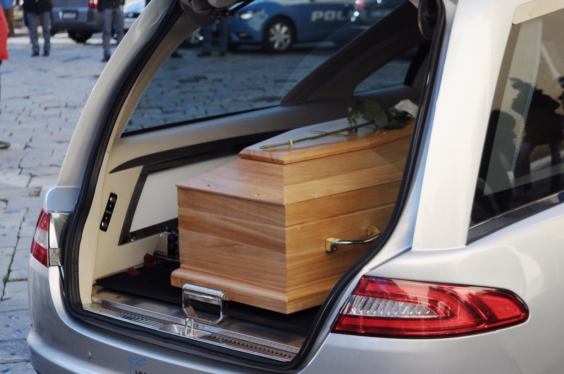 Lo aspettano per il funerale della moglie ma lui non - Non arriva gas in casa ...