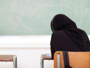 Picchiata dalla madre perché non porta il velo islamico: studentessa allontanata da casa