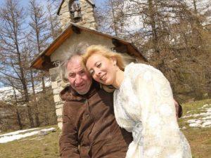 Sposa miliardario più vecchio di 25 anni. Quando muore scopre che non le ha lasciato nulla