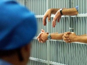 """Sesso con i detenuti, nei guai la cuoca del carcere: """"Ha abu"""