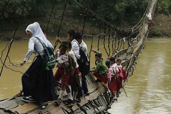 In Indonesia, autentiche acrobazie pur di arrivare a scuola