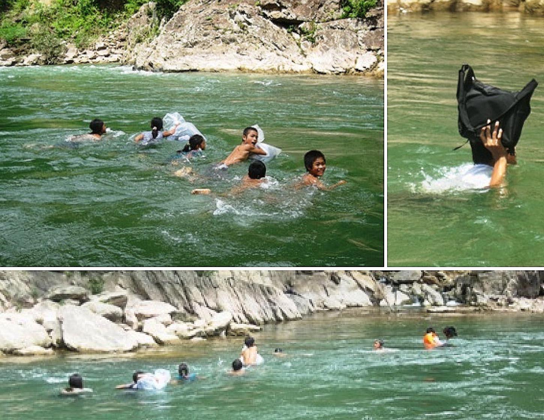 Bambini vietnamiti nuoto per arrivare a scuola
