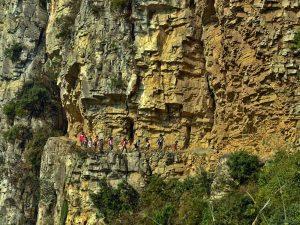 scolari cinesi su un sentiero di montagna