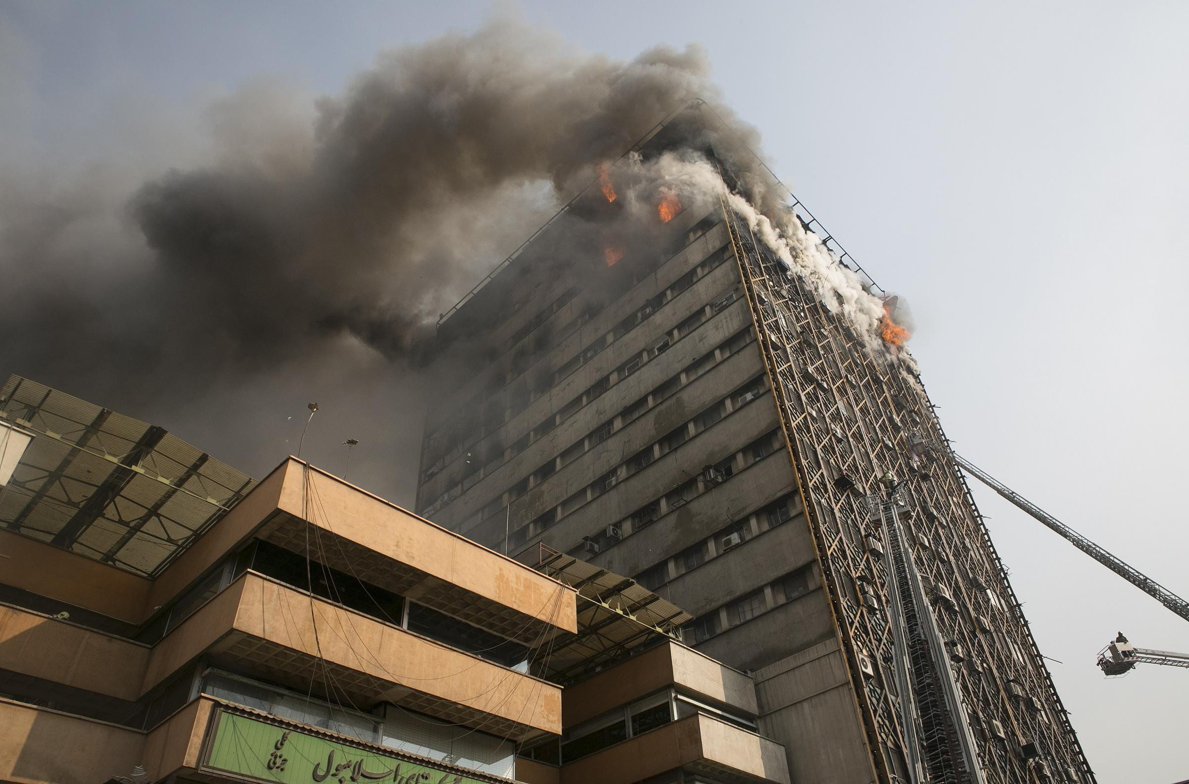 Palazzo di 17 piani crolla in diretta tv morti almeno 30 for Piani di casa di palazzo