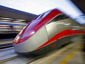 Treno Frecciarossa trancia un cavo: passeggeri bloccati da ore alle porte di Bologna