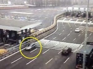 Panico in tangenziale: automobilista guida contromano in corsia di sorpasso