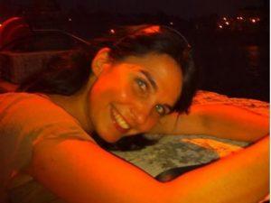 Regala abbracci in piazza: scatta il colpo di fulmine, Emanuela cerca l'anima gemella