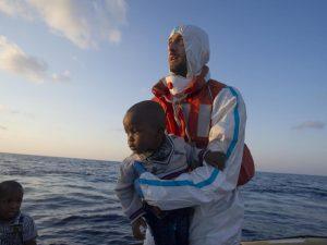 """Comandante Guardia Costiera: """"ONG aiutano. È tragedia immane, non possiamo respingere i migranti"""""""