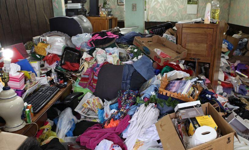 Accumulatore compulsivo di rifiuti viveva in casa con 300 - Contenitori spazzatura casa ...