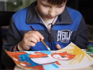 Sasha, il bimbo malato di tumore che disegna gatti rossi per aiutare gli altri bambini