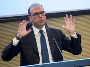"""Migranti e 'Ndrangheta, Alfano: """"Dimissioni io? Non esiste ancora il reato di fotografia"""""""