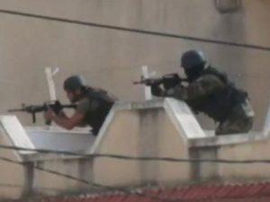 La polizia punta le armi verso il Museo del Bardo.