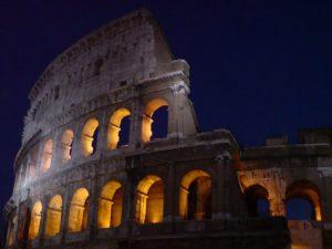 La luna sul Colosseo: nel 2017 si potrà visitare di notte anche il 31 dicembre