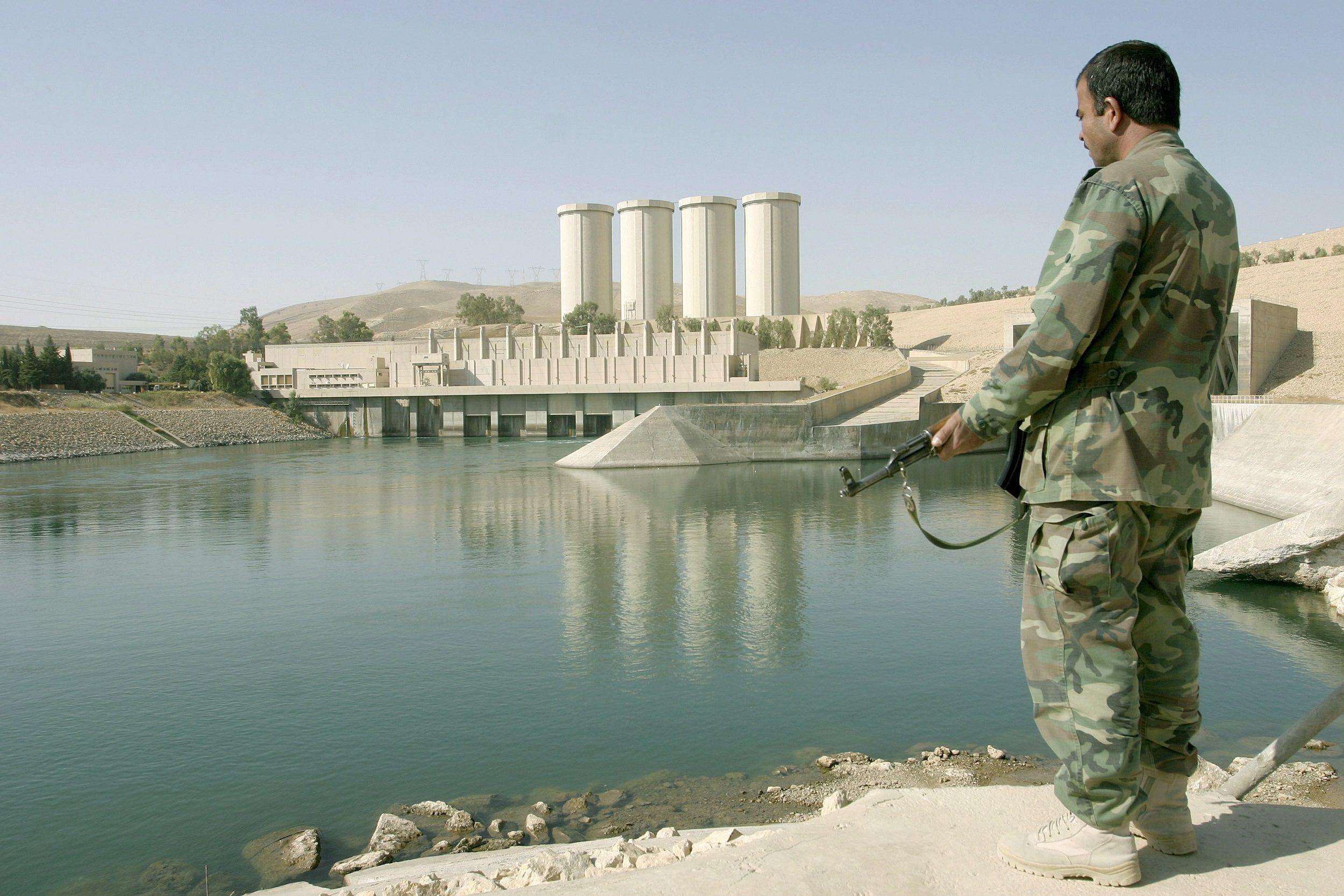 Un soldato presso la diga di Mosul, sul fiume Tigri