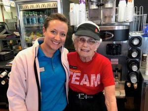 Loraine, la vecchietta di 94 anni che da 44 lavora da McDonald's (e non vuole andare in pensione)