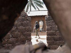 Agente della polizia in azione in Nigeria (Getty).