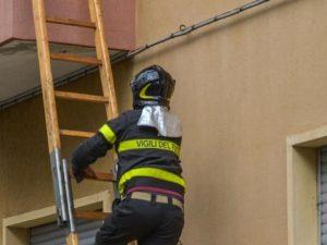 Pompiere precipita da 7 metri e si rompe le vertebre: stava aiutando anziana chiusa in casa