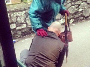 L'autista che scende dal bus per allacciare la scarpa dell'anziana. E fa bene al cuore