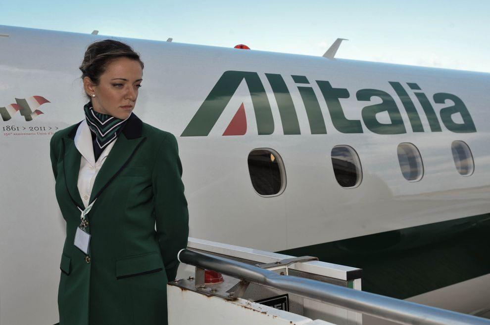 Lite a bordo di un volo alitalia il cantante pupo intona for Cambio orario volo da parte della compagnia