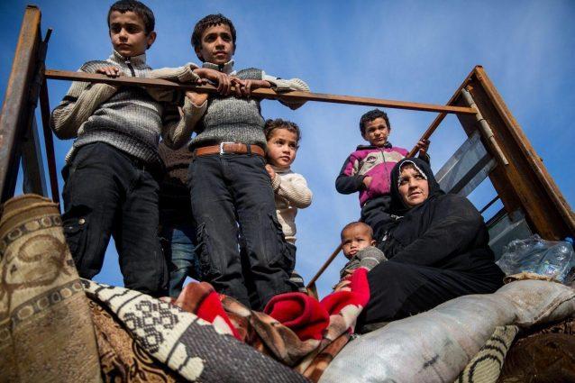 Siria, bombe su roccaforte dell'Isis: tra le vittime donne e sei bambini