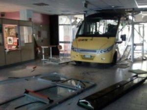 Carpi, ignoti rubano autobus dal deposito e si schiantano contro la scuola