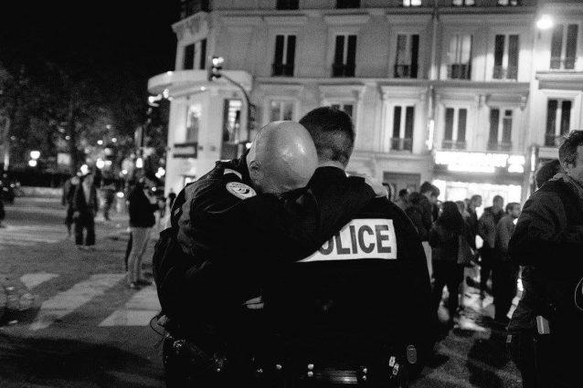 Parigi, sparatoria sugli Champs Elysées: ucciso un poliziotto