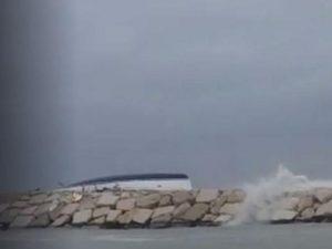Barca finisce sugli scogli a causa del maltempo, un morto e tre dispersi a Rimini