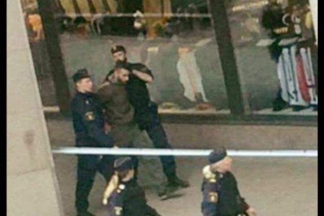 Le prime immagini del sospetto fermato dalla polizia