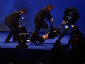Francia, tensione al comizio di Marine Le Pen: donne irrompono sul palco, scontri con la polizia