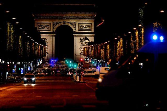 Parigi, attacco sugli Champs Elysees: Isis rivendica. Il presunto complice si consegna ad Anversa