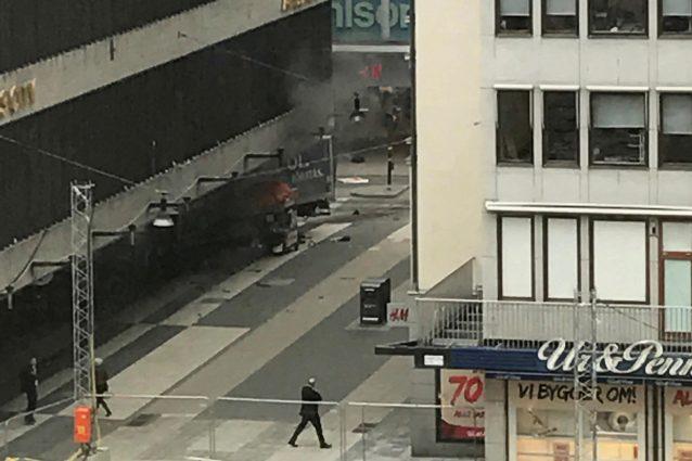 Polizia ferma un uomo a poca distanza dall'incidente