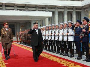 Kim jong-un tra i suoi militari (Getty).