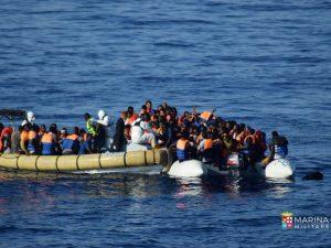 """Emergenza migranti, l'Italia pensa al blocco dei porti. Mattarella: """"Fenomeno ingestibile"""""""