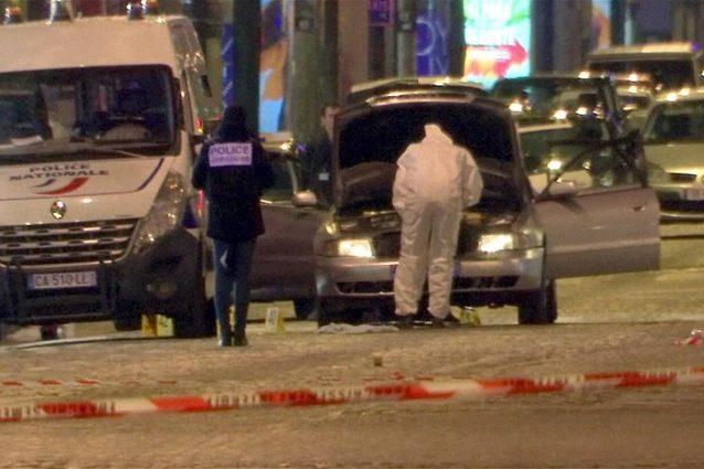 Diverse armi, tra cui un fucile a pompa, sono state trovate nell'auto dell'assalitore