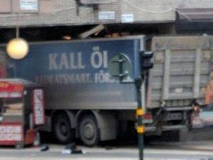Stoccolma, camion sulla folla: è attentato, 4 morti. Autore attacco ancora ricercato