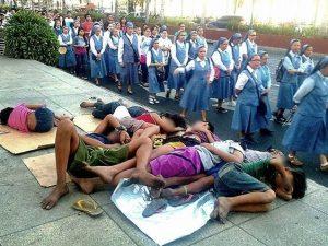 I bimbi dormono per strada, le suore passano accanto indifferenti. La foto diventa virale