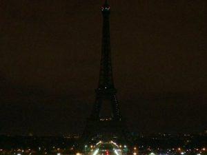 Torre Eiffel spenta stasera in segno di lutto