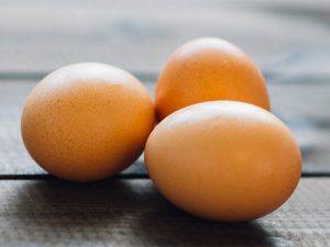 Perché a Pasqua mangiamo le uova? La risposta ce la dà Carlo Magno