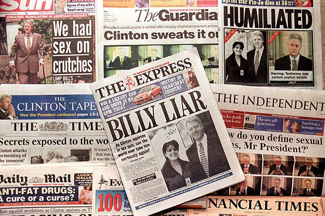 La stampa racconta dell'ombra dell'impeachment su Bill Clinton, nel 1998 (Getty).