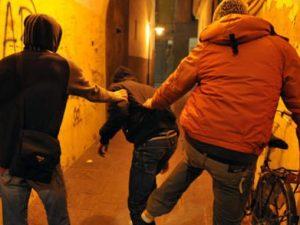 """Sassi e insulti contro una 20enne perché è """"troppo robusta"""": bulli adolescenti denunciati"""
