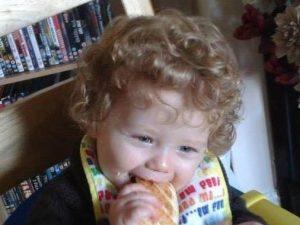 Prende a calci e pugni il figlioletto di 2 anni della compagna: il bambino muore